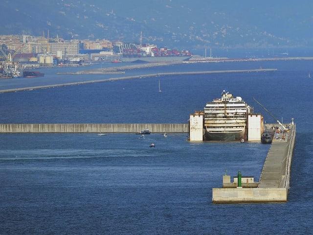 Das Kreuzfahrtschiff liegt in einem Dock vor Anker