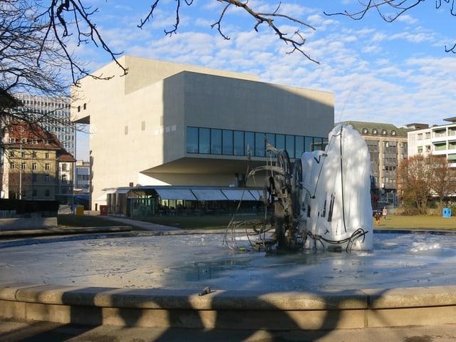 Der Tinguely-Brunnen und die Rückseite des Equilibre.