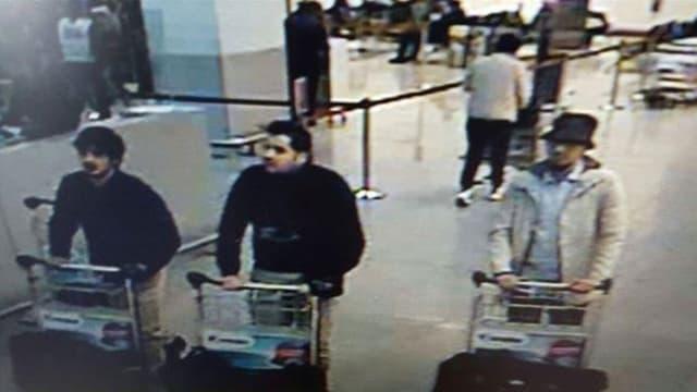 Das Bild der drei Hauptverdächtigen der Anschläge in der Abfertigungshalle des Brüsseler Flughafens.