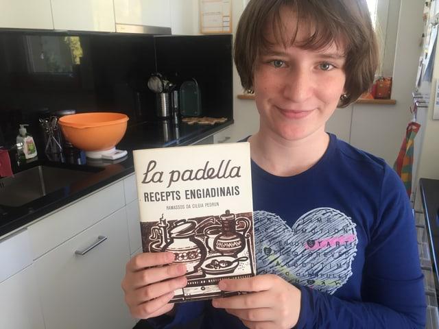 Kind mit Kochbuch
