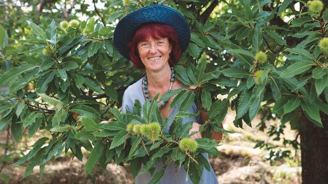 Kochbuchaurorin Erica Bänziger steht unter einem Kastanienbaum.