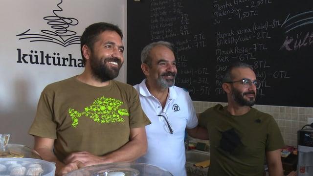 Drei lächelnde Männer in einem türkischen Café