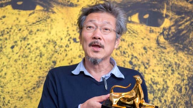 Il reschissur Hong Sangsoo cun la trofea, il leopard dad aur.