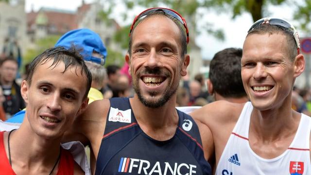 Die Medaillengewinner im Gehen posieren gemeinsam.