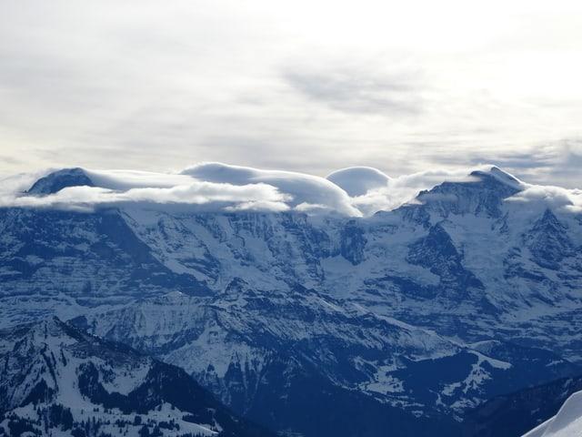 Der Gipfel des Wetterhorns ist in linsenförmige Wolken eingehüllt.