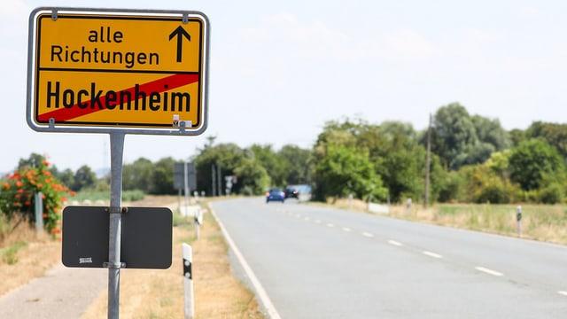 Durchgestrichenes Ortsschild vopn Hockenheim