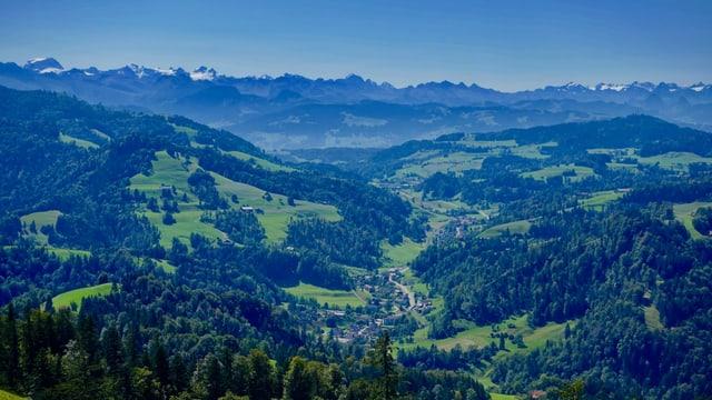 Blick von Hörnli ins oberste Tösstal, dahinter die Glarner Alpen.