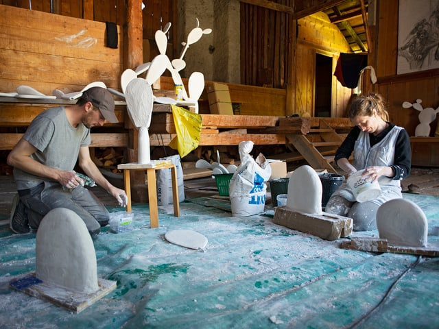 Ensemen cun ses partenari artistic e da vita Jérémie Sarbach creescha Flurina Badel installaziuns, maletgs, objects e videos. L'anteriur clavà da la chasa è oz lur atelier.
