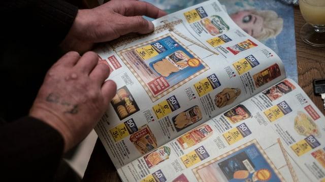 Eine Zeitungsseite, auf der billige Produkte abgebildet sind.
