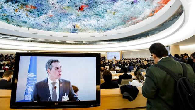 Cassis sin ina televisiun durant la sesida a Genevra.