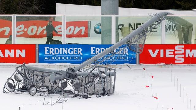 Umgeknickter Flutlicht-Mast im Biathlon-Stadion