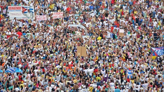 Tausende Menschen stehen dicht an dicht um den Papst in seinem Papamobil in Havanna. (reuters)