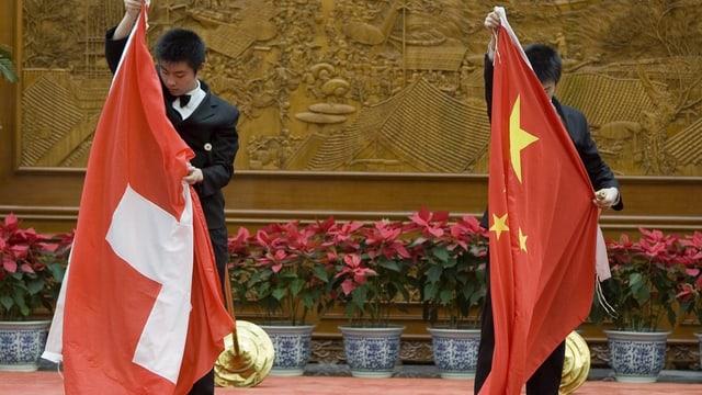 Flaggen von China und Schweiz