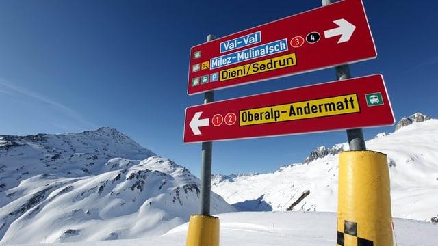 Wegweiser im Schnee nach Andermatt udn Sedrun