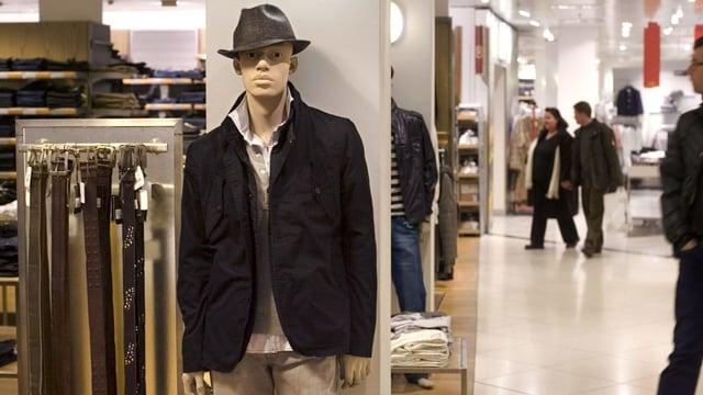 Ein männliches Mannequin in der Kleiderabteilung eines Kaufhaus.