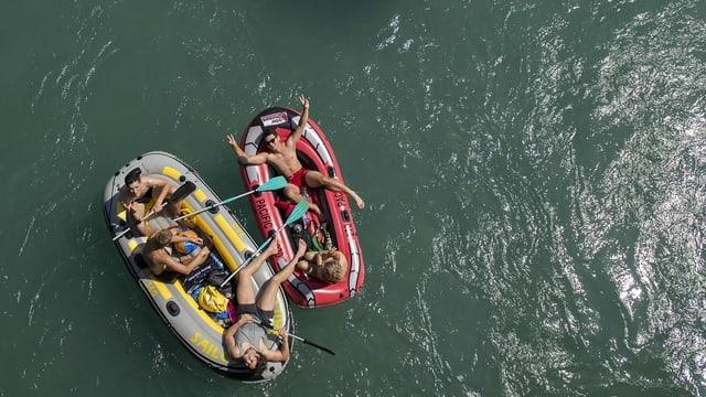 5 junge Menschen auf zwei Gummibooten auf der Aare.