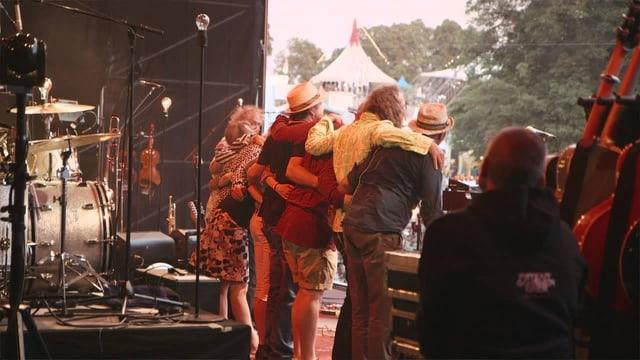 Die Band verneigt sich vor dem Publikum.