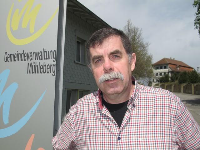 Gemeindepräsident René Maire vor der Gemeindeverwaltung: «Mühleberg kann auch ohne AKW weiterleben.»