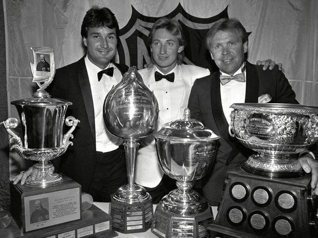 Paul Coffey, Wayne Gretzky und Coach Glenn Sather (v.l.n.r.) zeigen ihre Trophäen.