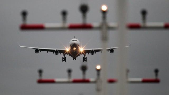 Eine Lufthansa-Maschine beim Landen (Symbolbild).