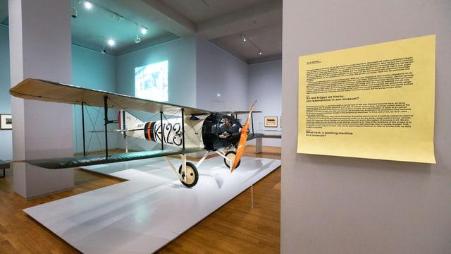 Man sieht einen Flieger im Museum. Nebenan ein Post-It mit der Aufschrift «Was kommt als nächstes ins Museum, etwa eine Waschmaschine?»