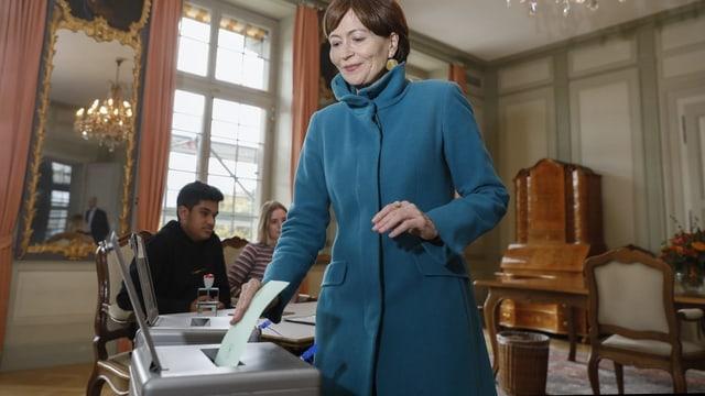 Regula Rytz wirft einen Wahlzettel in eine Urne.