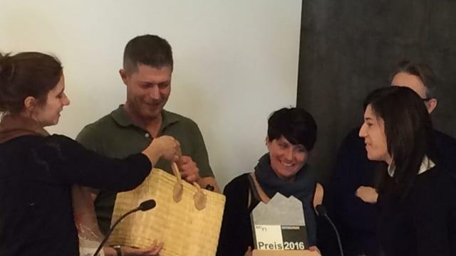 Marcel Heinrich e sia partenaria Sabina survegnan il Premi Bio-Grischun 2016.
