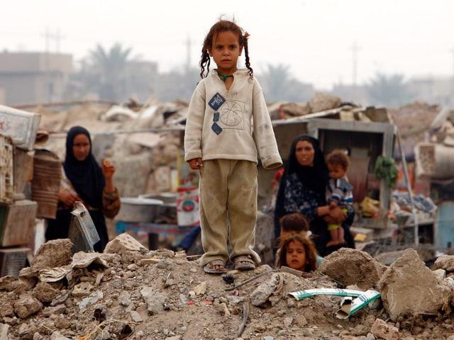 Mädchen in Bagdad auf Trümmern eines Hauses