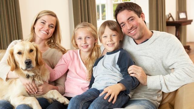 Ein Familienfoto mit Hund (gestellte Aufnahme, Symbolbild)