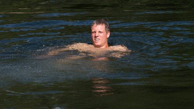 Nils Mani beim Baden im Wellness.