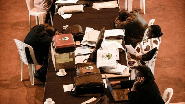Kenianische Wahlhelfer während einer Pause.
