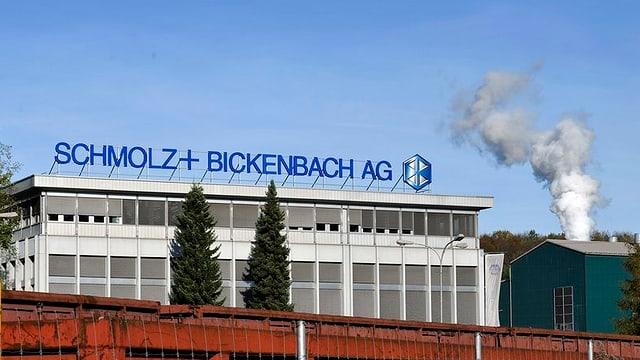 Eine Fabrik mit einem rauchenden Kamin.