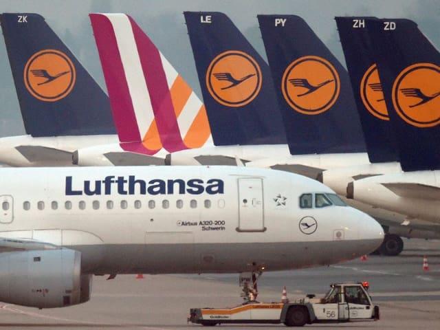 Lufthansa-Flugzeuge stehen auf den Flugplatz Düsseldorf herum