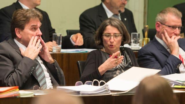 Drei der sieben Regierungsräte des Kantons Zug sitzen im Kantonsparlament nebeneinander.