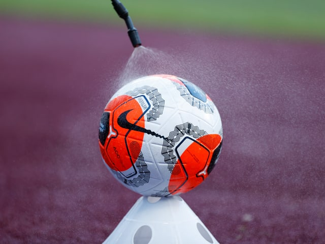 Ein Fussball wird desinfiziert.