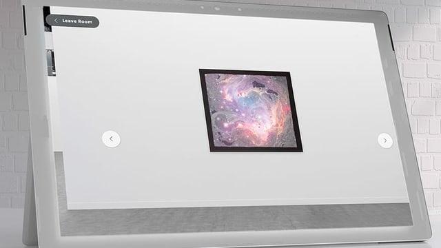 Foto eines Bildes an einer Wand. Daneben sind Steuer-Elemente eienr Websiet zu sehen: Zwei Pfeile, die nach rechts und links zeigen