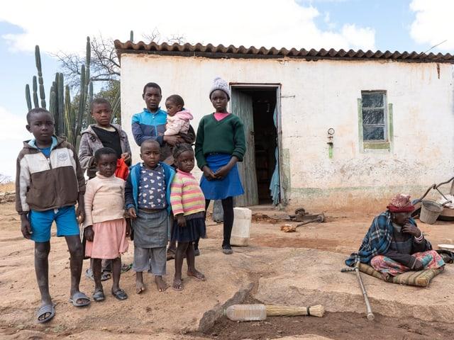 Die Bäuerin Loice Muchachati mit Kindern vor ihrem Haus.
