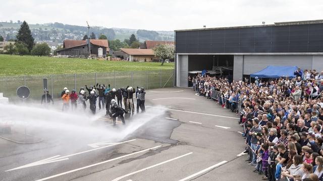 An einem Besuchstag an einer interkantonalen Polizeischule. Angehendee Polizistinnen und Polizisten zeigen einen Einsatz mit Wasserwerfern vor.