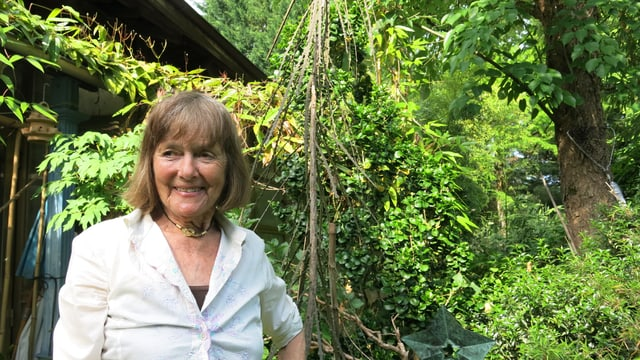 Lilly Keller in ihrem grünen Garten.