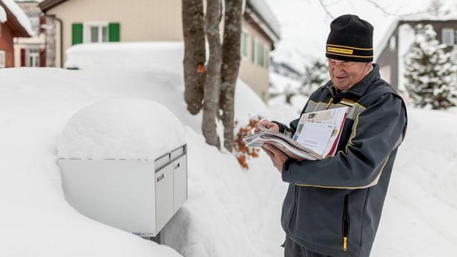 Ein Briefträger im Winter