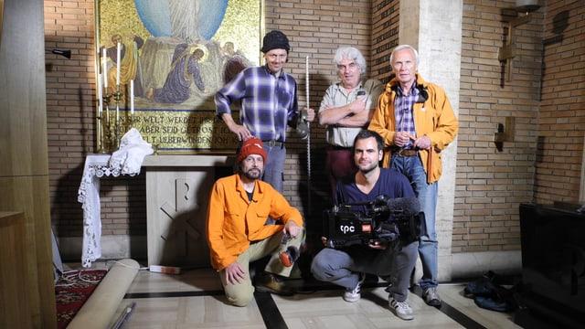 Die Filmcrew, fünf Männer, steht in der Kirche Santa Maria dell'Anima