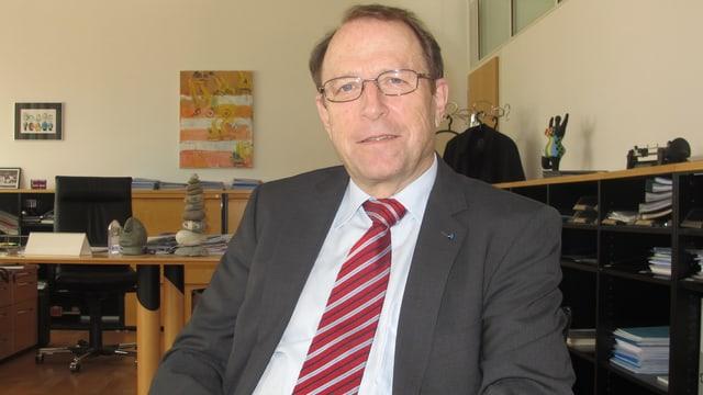 Der ehemalige Aargauer Baudirektor Peter Beyeler in seinem Büro.