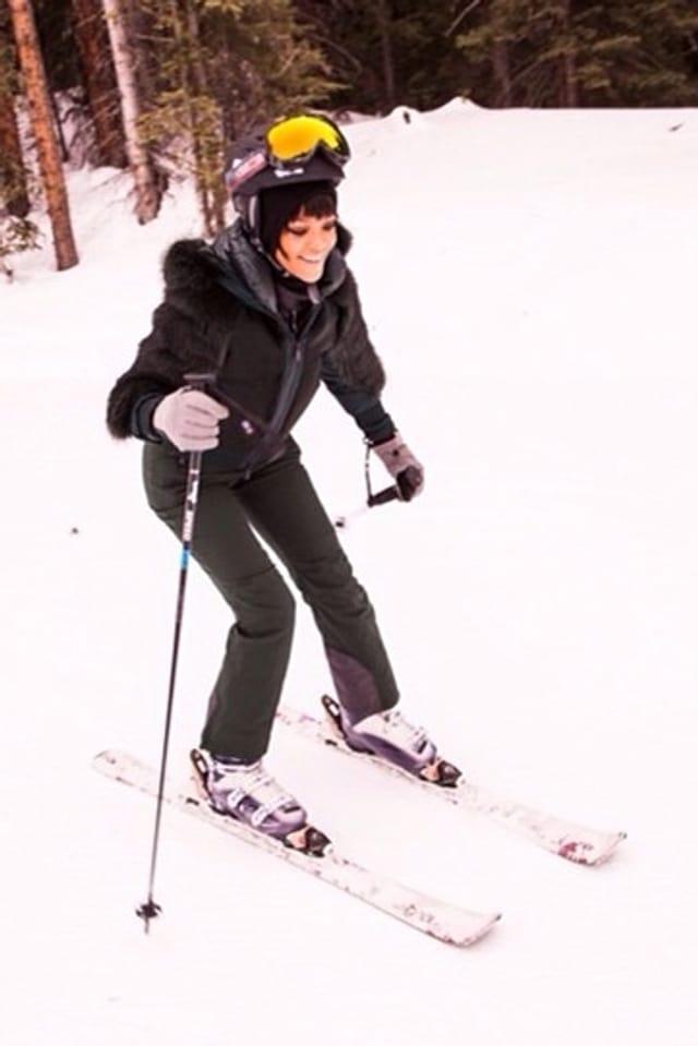 Rihanna auf Skiern kurz vor einem Sturz.