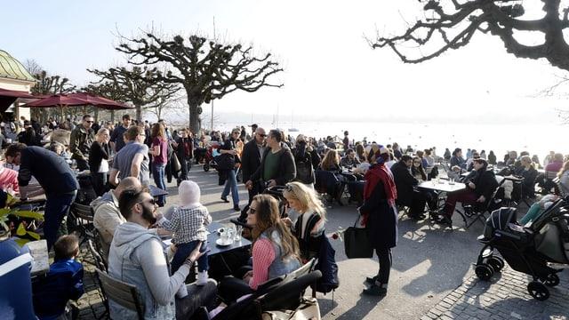 Menschen am Zürichsee.