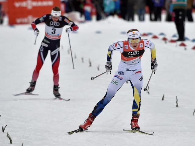 La Svedaisa Stina Nilsson avant la Norvegiaisa Heidi Weng.