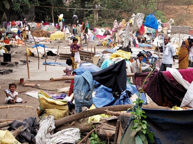 Das Flüchtlingscamp bei Mumbai mit Menschen und Stofffetzen
