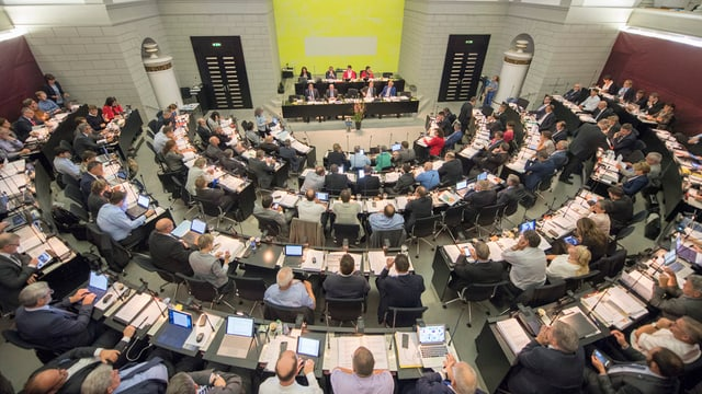 Die Mitglieder des Luzerner Kantonsparlaments sitzen im Kantonsratssaal des Regierungsgebäudes.