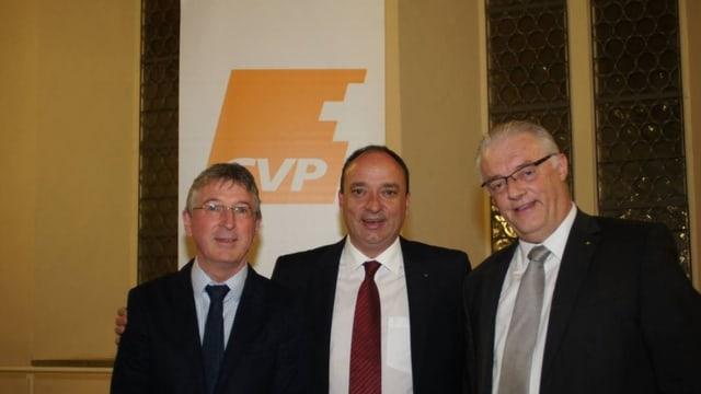 Der frischgewählte Gemeindeammann Roland Kuster (rechts) mit seinem Vorgänger Markus Dieth (Mitte) und CVP-Fraktionschef Peter Voser