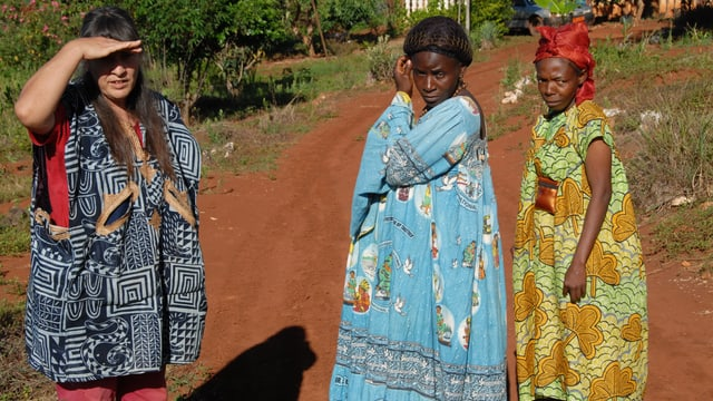Katharina Hänni neben zwei Frauen aus Kamerun.