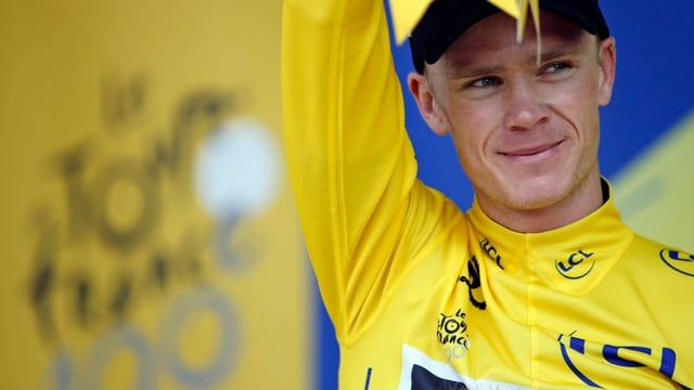 Chris Froome auf dem Podest im Maillot jaune